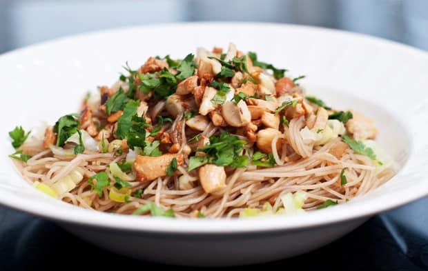 C mo hacer fideos de arroz salteados con soja comedera com for Cocinar fideos de arroz