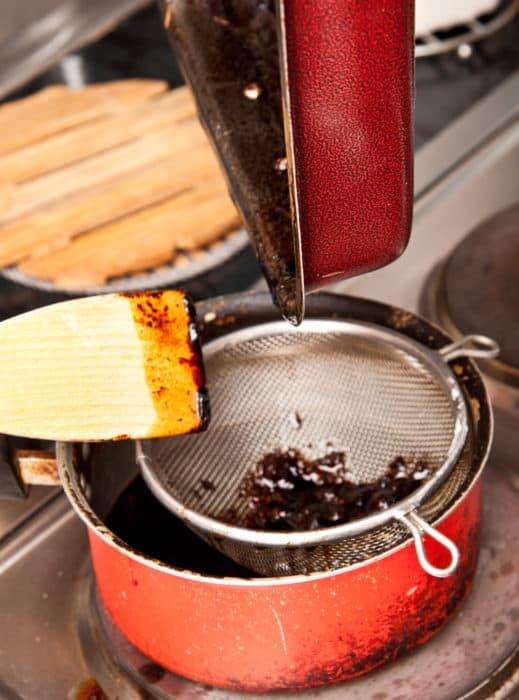 haciendo la salsa para el pernil