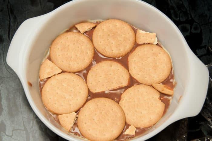 haciendo torta de galletas maria