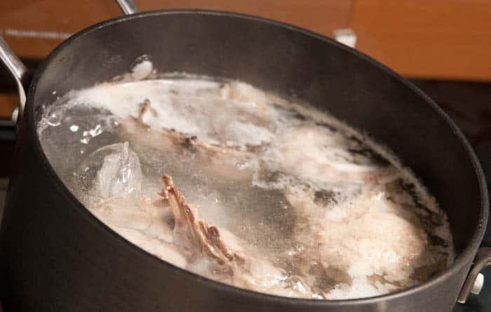 haciendo caldo de pollo