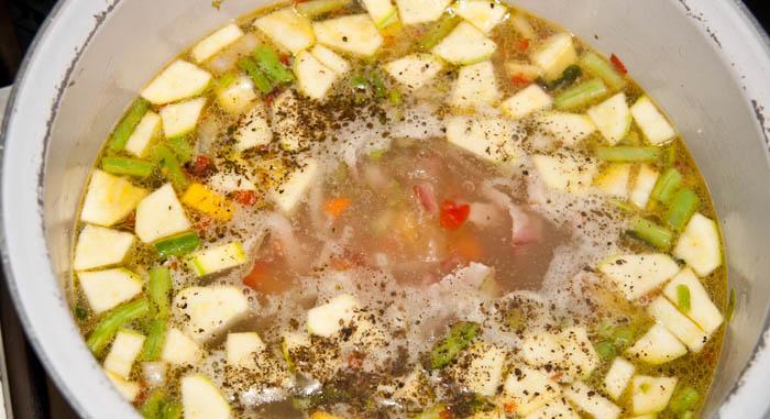 haciendo sopa de verduras