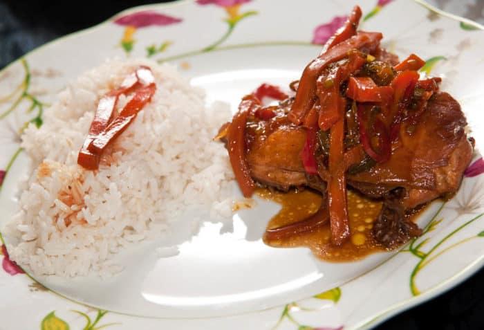 Plato con pollo guisado acompañado de arroz blanco