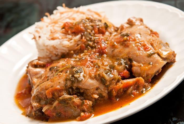 pollo entomatado con hierbas