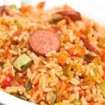 plato con arroz con salchichas