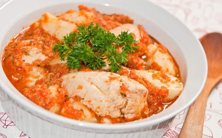 plato de estofado de pollo con papas