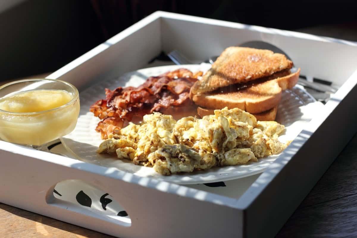 desayuno con huevos revueltos
