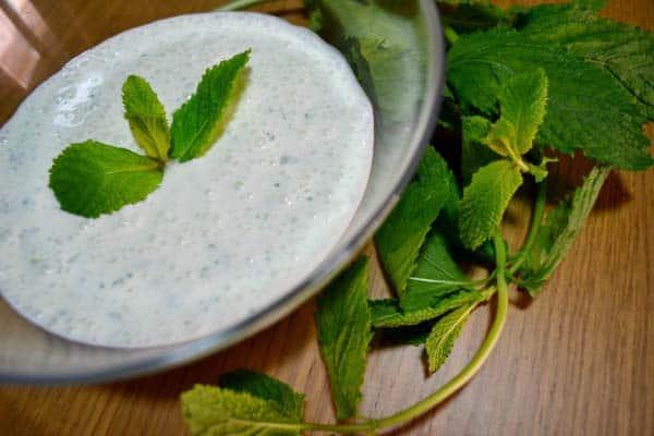 aderezo de yogur y hierbabuena