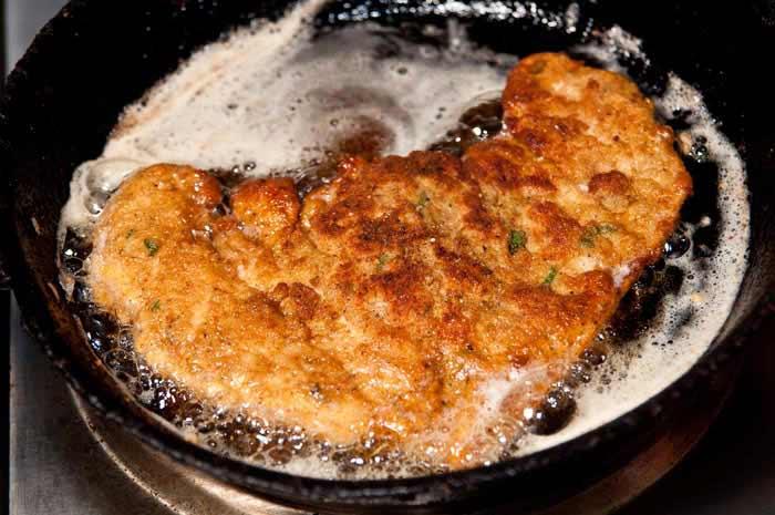 preparando milanesa de pollo