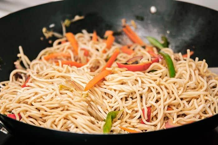 comida china tallarines con vegetales y hongos
