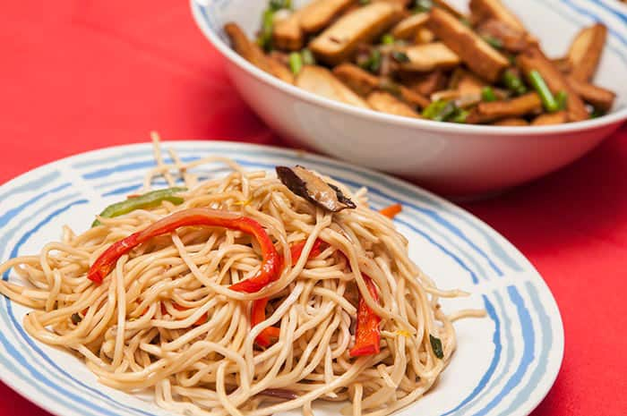 receta de tallarines chinos con verduras y hongos