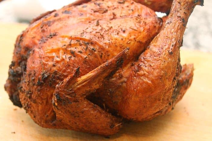Pollo asado al horno entero listo para picar en piezas