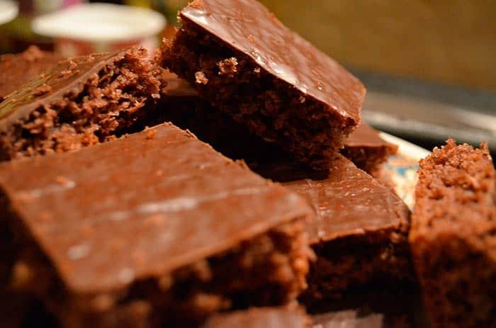 Puedes cortar tu tarta de chocolate en cuadrados, como si fuera un brownie (aunque no lo sea)