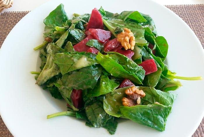 plato con ensalada de espinacas