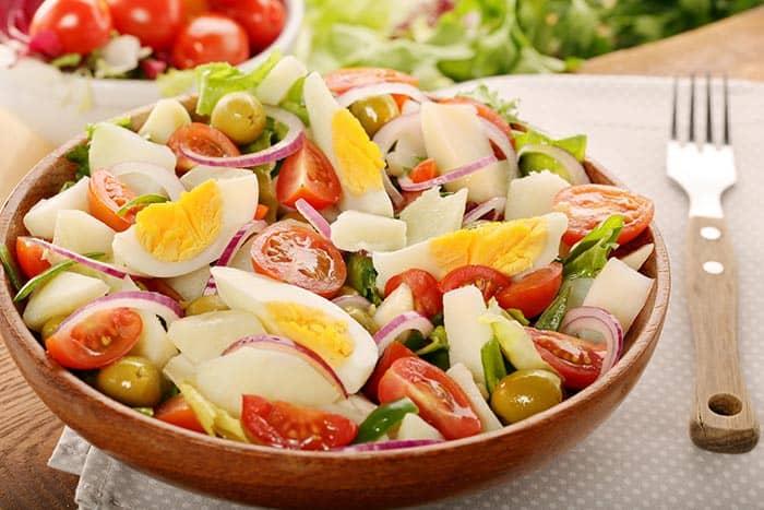 plato con ensalada campera