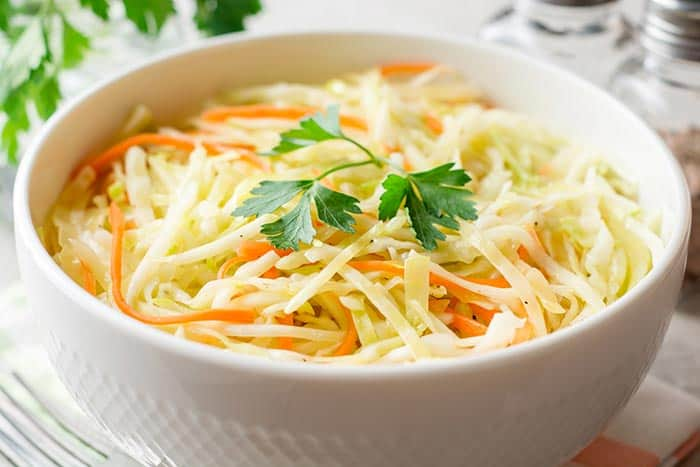 plato con ensalada de col