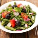 plato con ensalada de judias verdes
