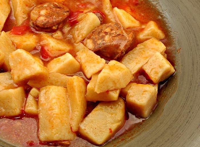 patatas a la riojana, pommes de terre à la mode de Rioja ou pommes de terre au chorizo, typiques de la région de Rioja en Espagne
