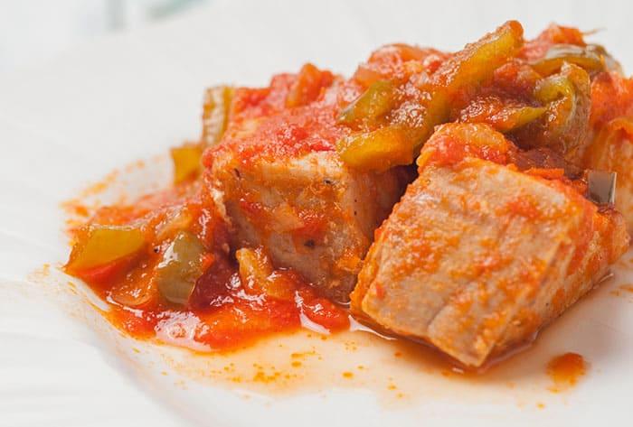 receta de atun encebollado con salsa de tomate y pimientos