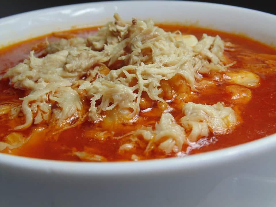 plato de pozole rojo mexicano