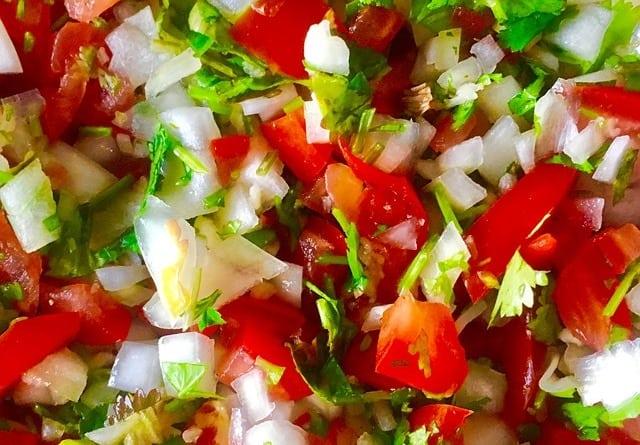 Pico de gallo (ce qui signifie « bec du coq »): une recette de cuisine mexicaine typique