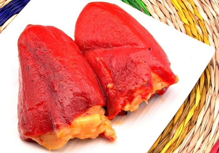 Les poivrons de piquillo farcis (ou piments de piquillo farcis), un plat typique de la gastronomie espagnole