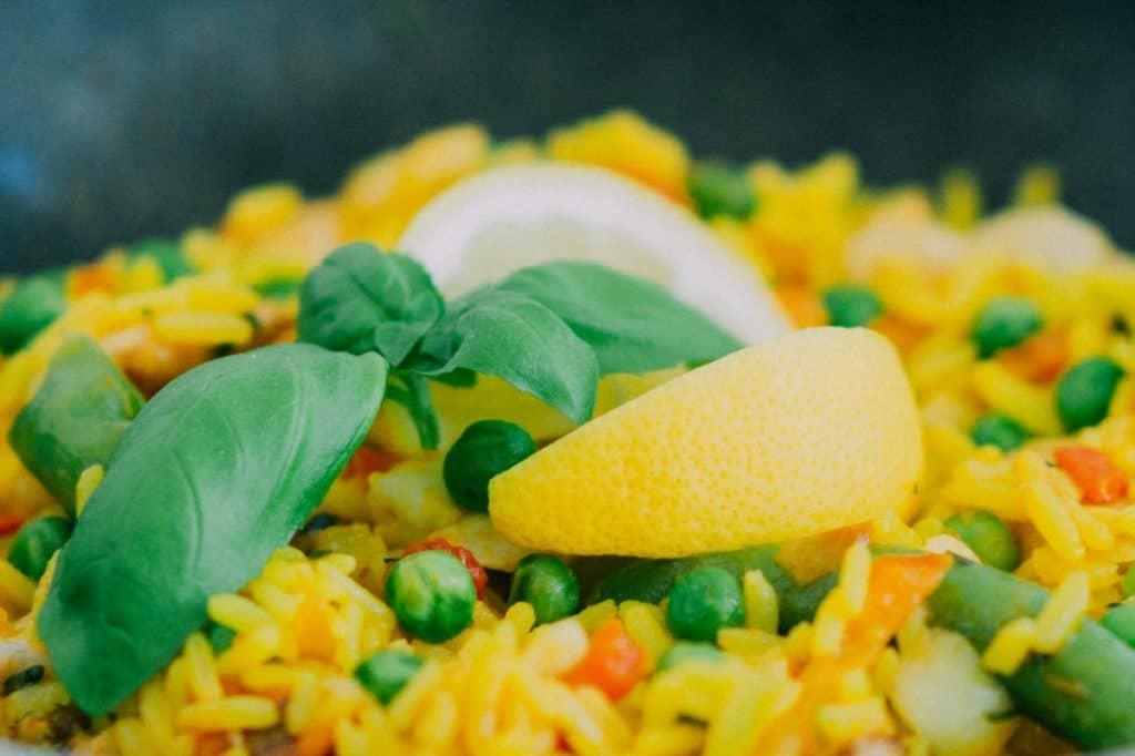 plato con arroz a la jardinera