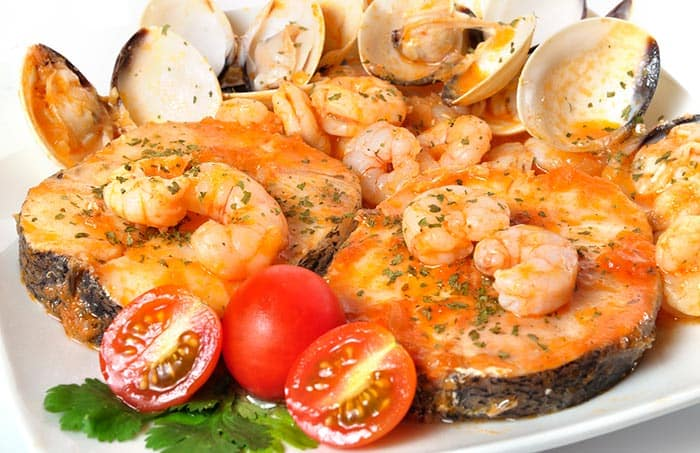 plato con rodajas de merluza a la marinera