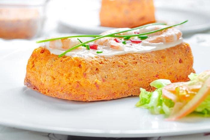 plato con un trozo de pastel de merluza