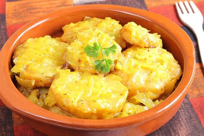 cazuela de barro con patatas a la importancia