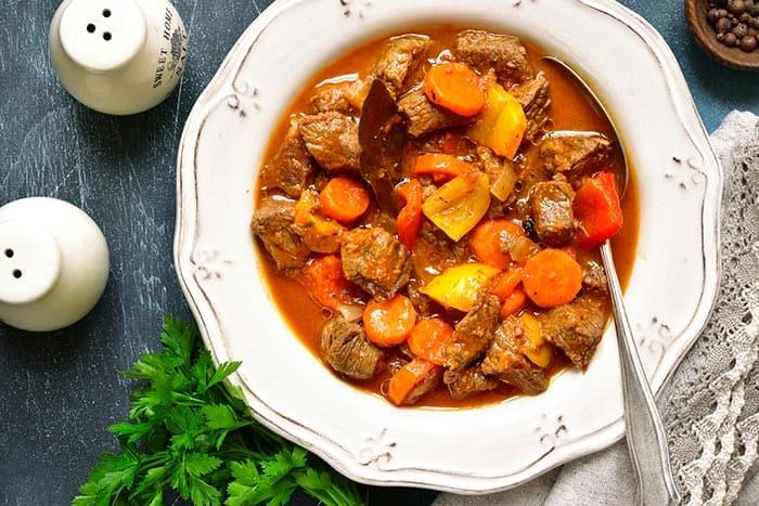 plato con ternera en salsa
