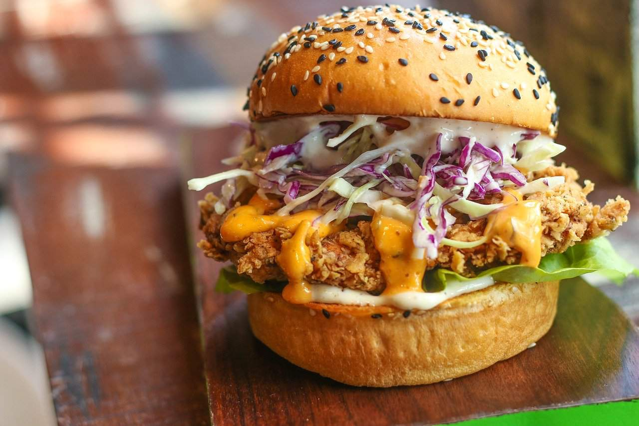 hamburguesa preparada con su salsa para hamburguesas
