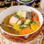 plato con sopa de pescado y sus verduras