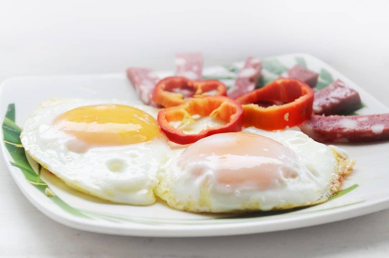 dos huevos fritos cocinados servidos en un plato