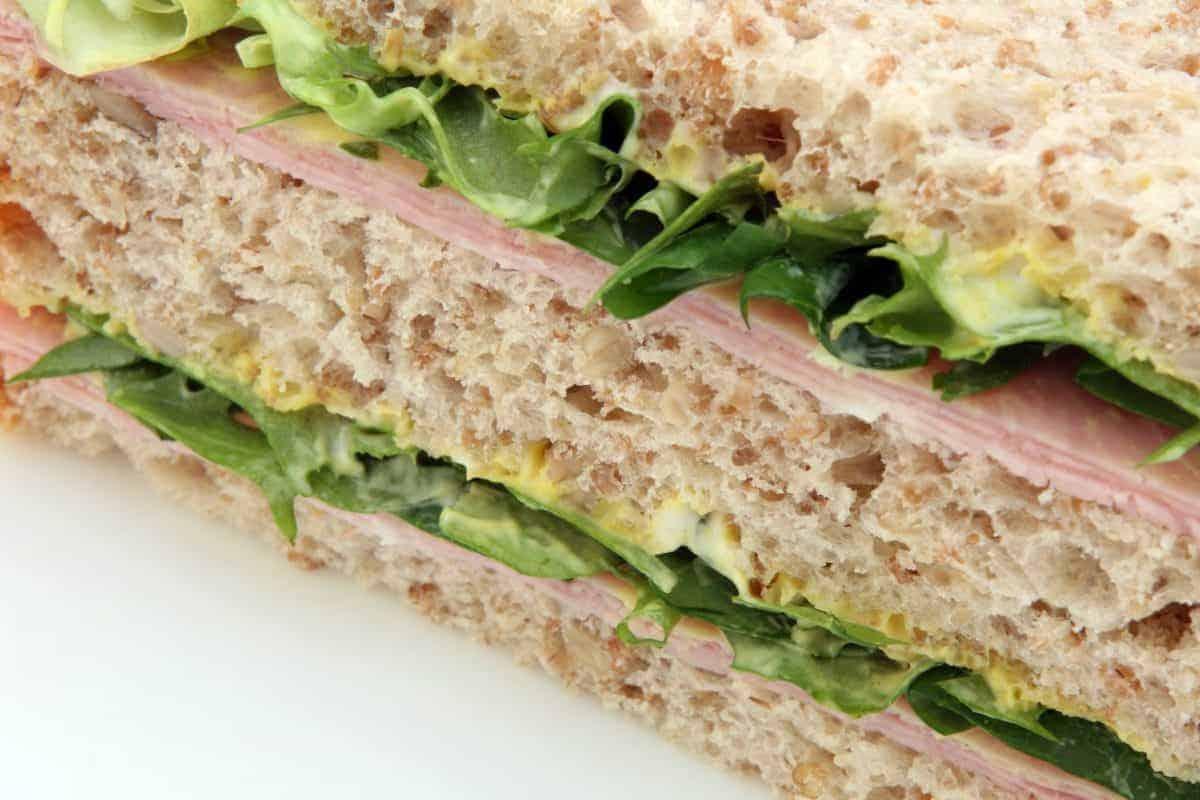Sandwich à la chapelure fait maison avec jambon, fromage et laitue