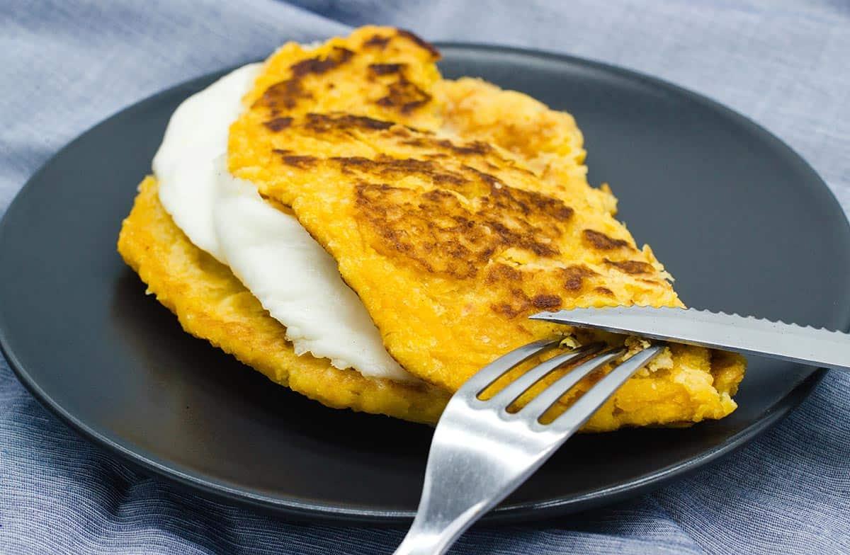 Cachapa vénézuélien au fromage à la main
