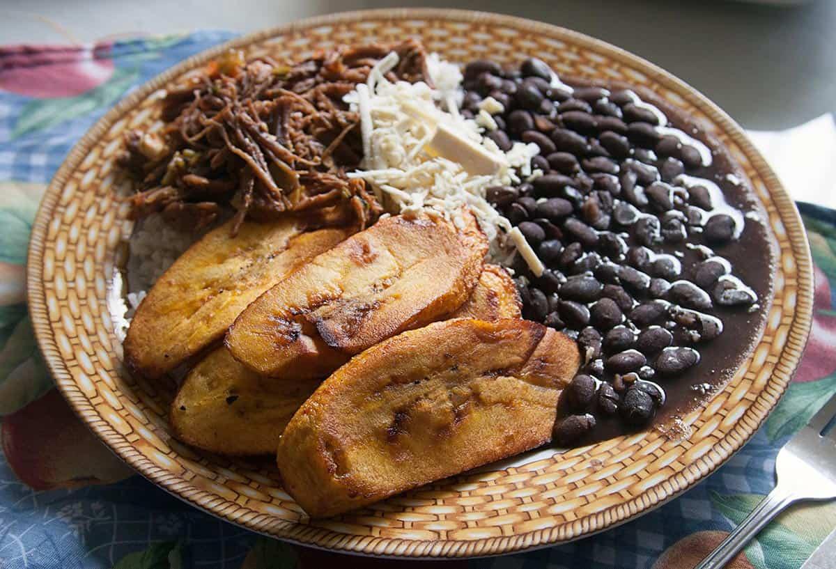 plato con pabellón criollo venezolano