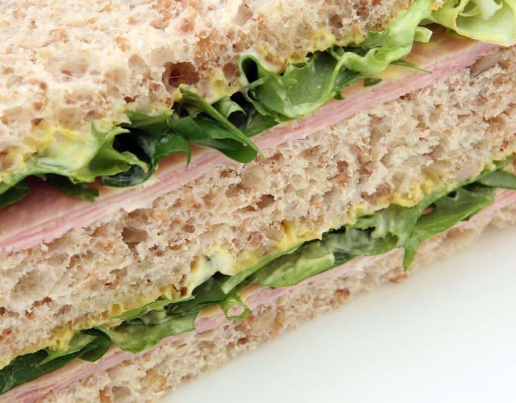 Sandwich de miga casero con jamón, queso y lechuga