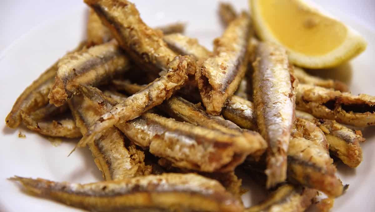 assiette avec anchois frits