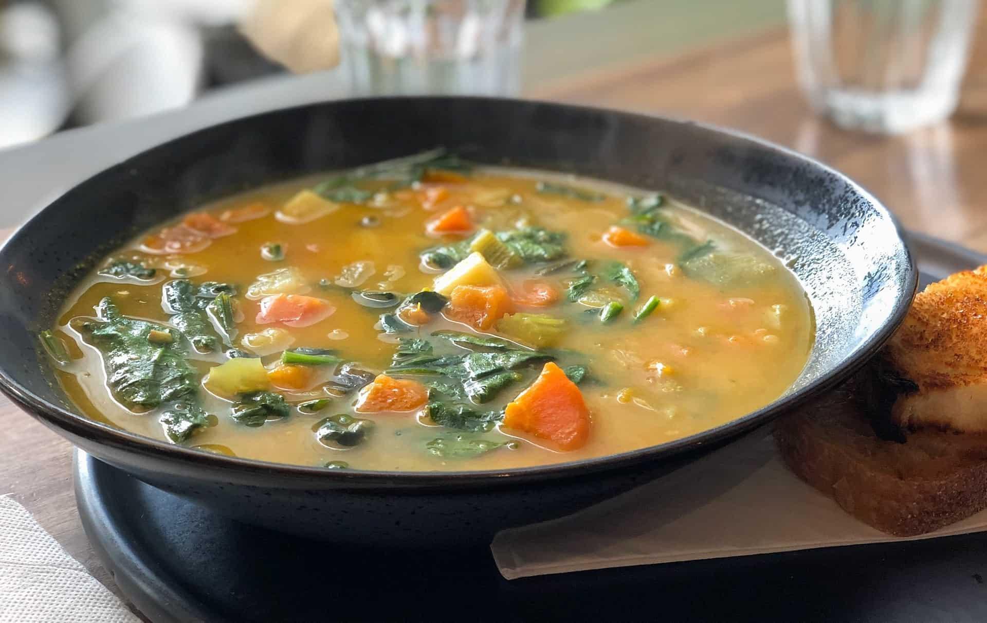 olla con caldo de verduras