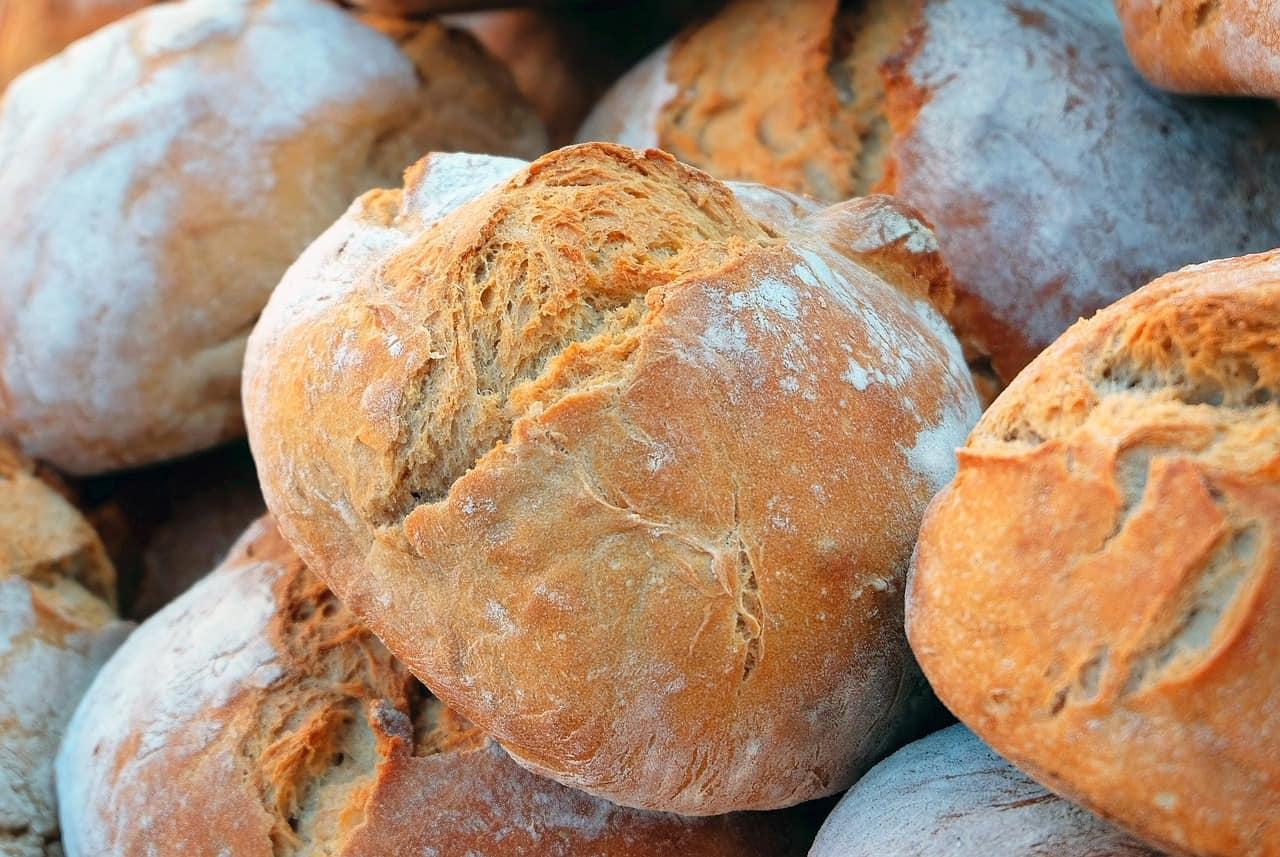 Varias piezas de pan casero