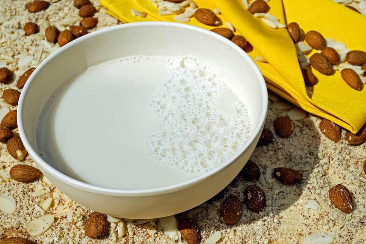 tazón de leche de almendras