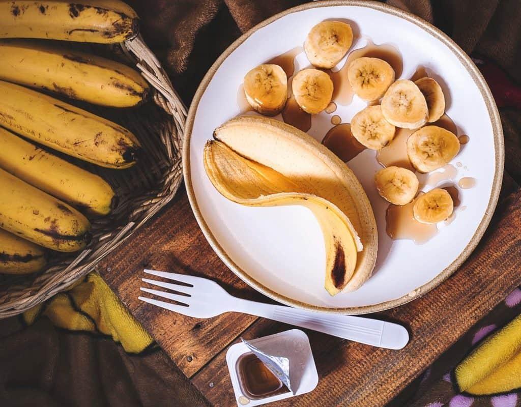 plátano en plato