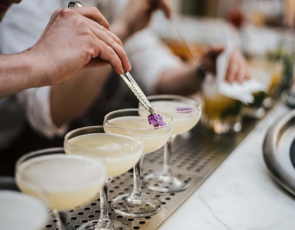 barman sirviendo margaritas