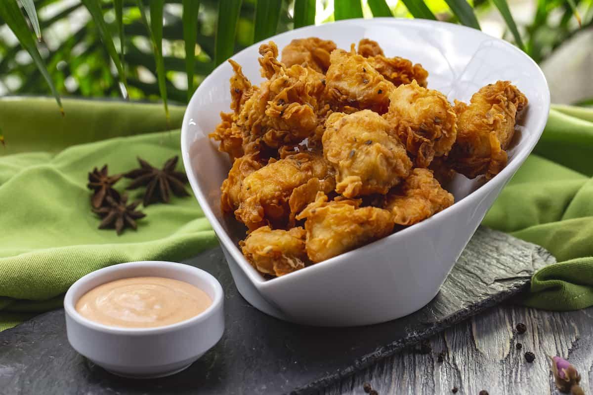 plato con palomitas de pollo