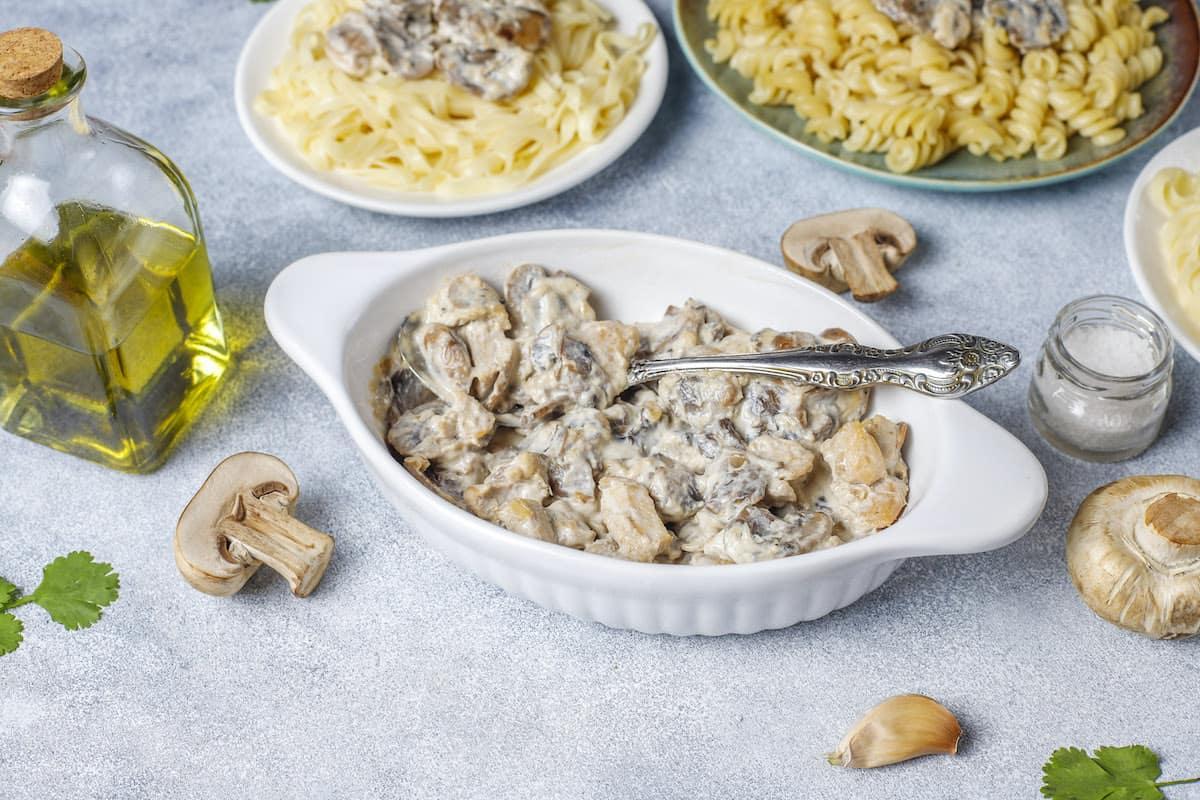 plato con pollo a la crema