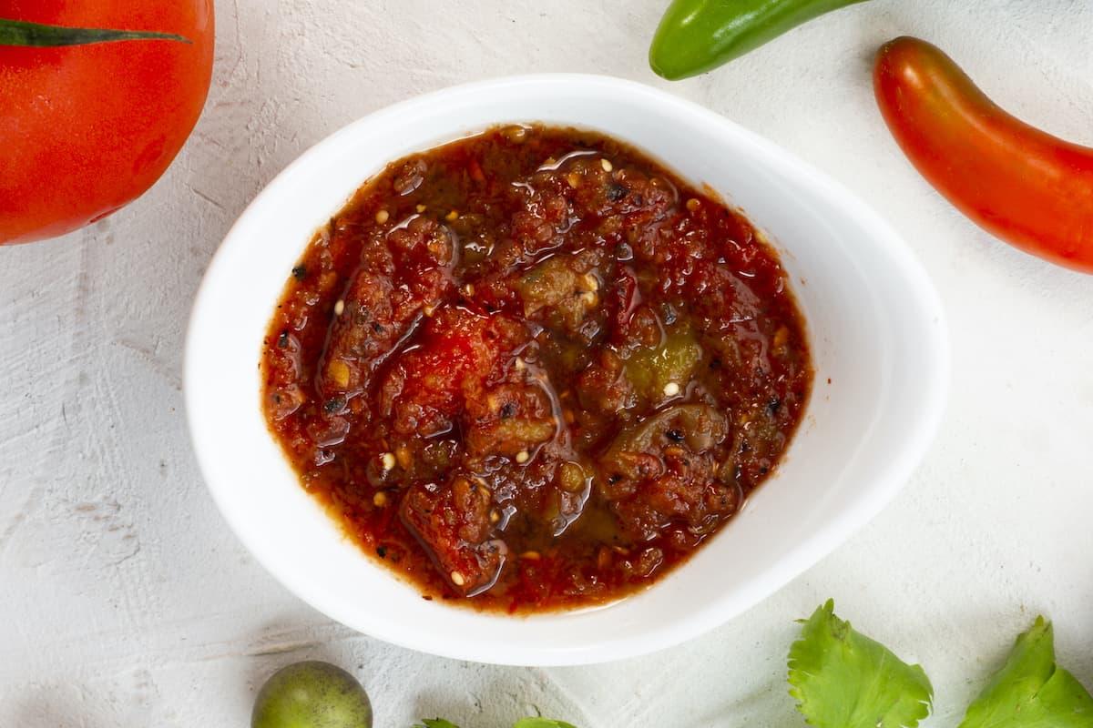 plato con salsa de chiles