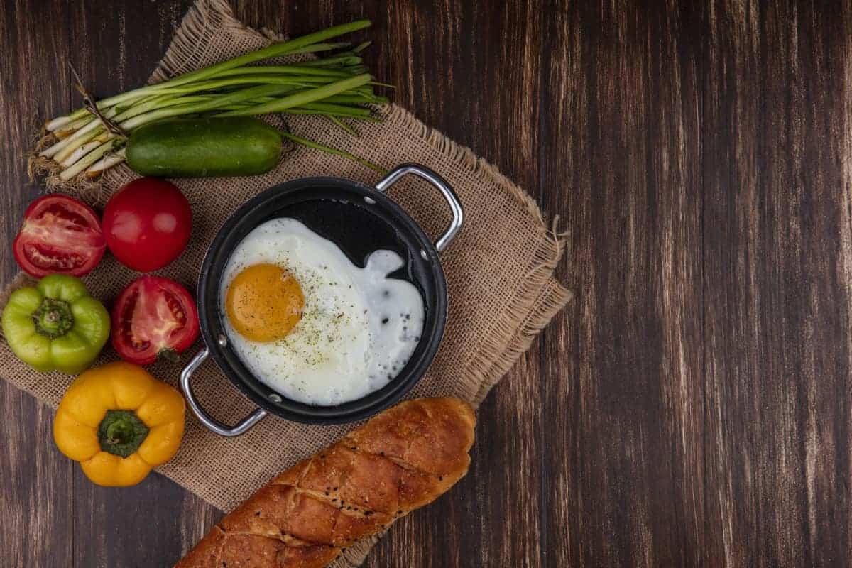 sartén con huevos, papas y aguacates