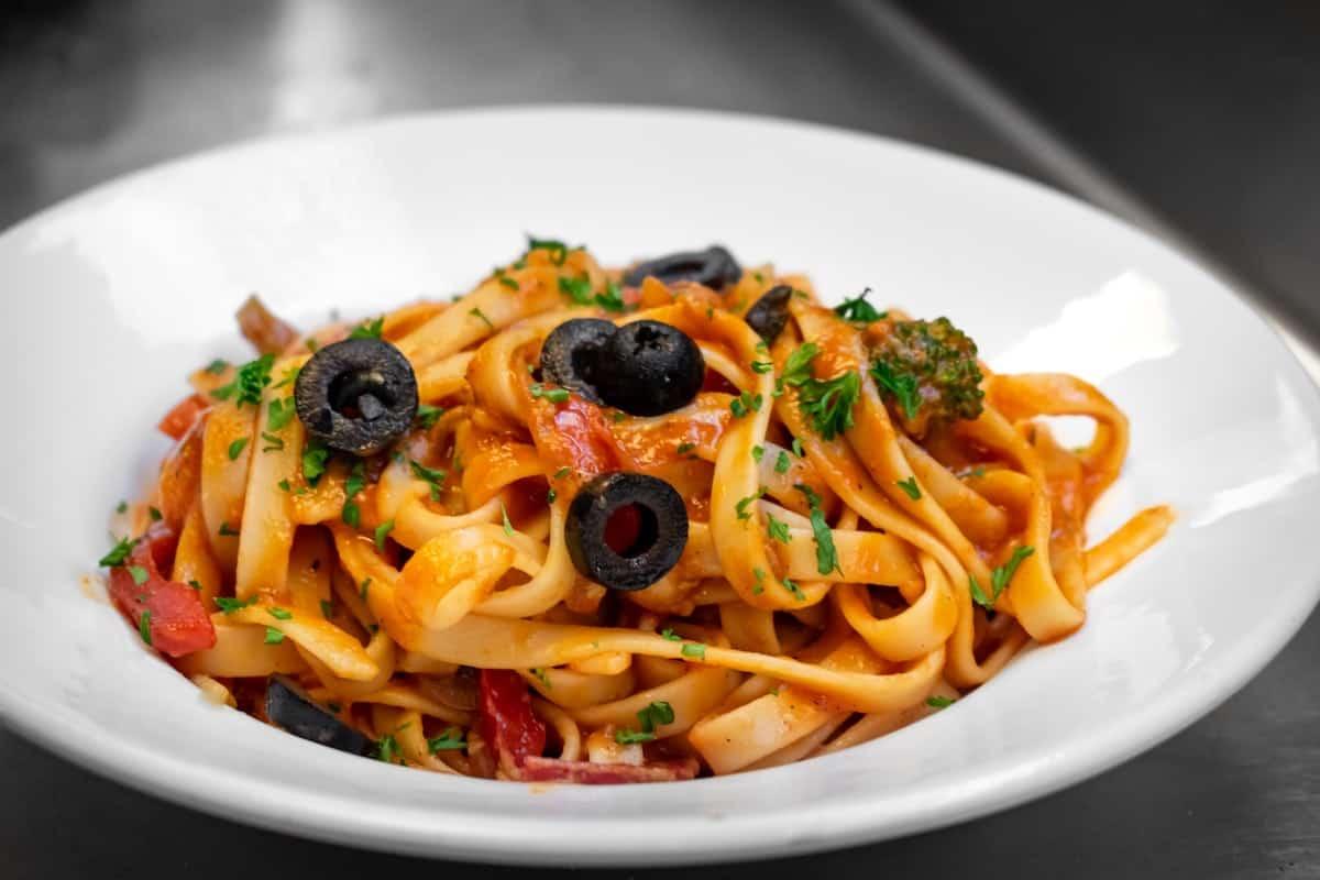 plato de pasta con salsa amatriciana