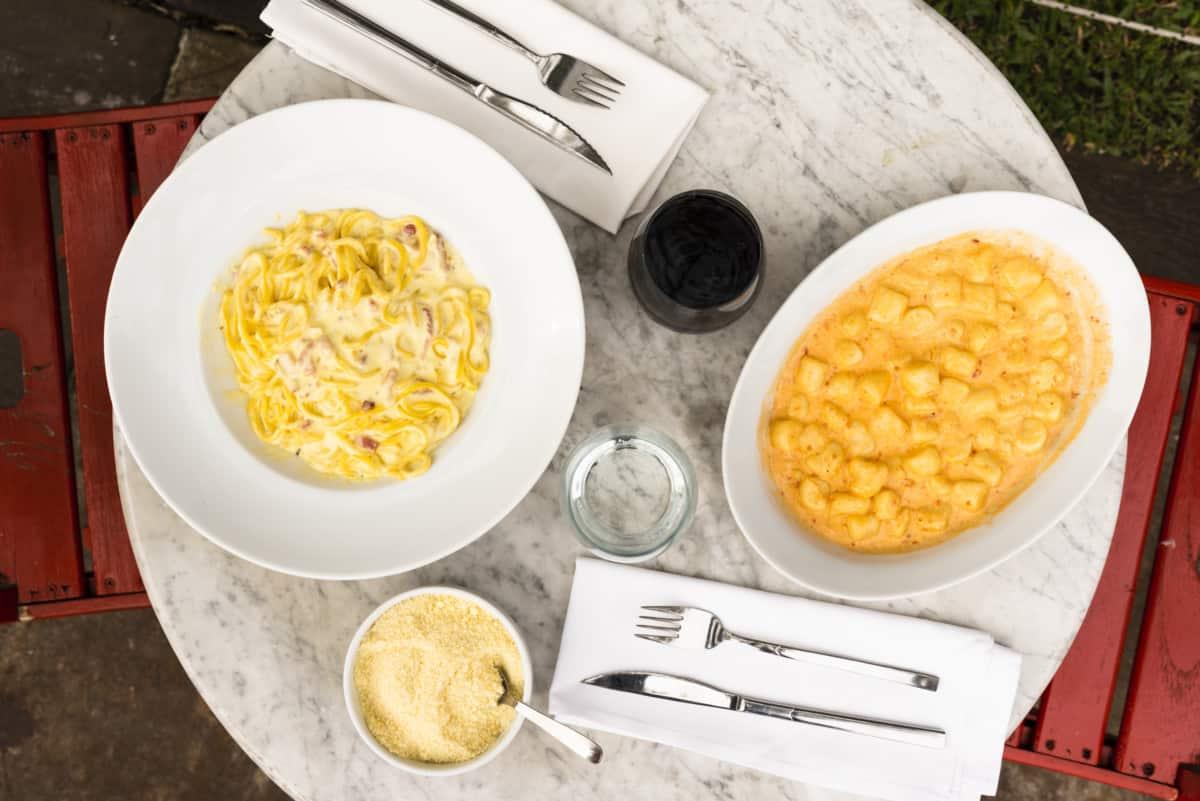 Platos con pasta y salsa cheddar