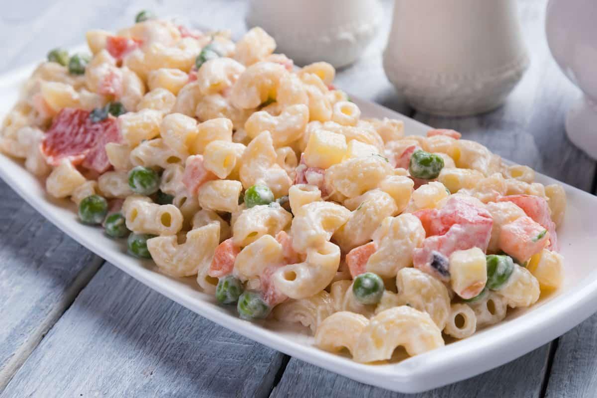 plato con ensalada de coditos